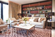 客廳空間寬敞,放有兩組布藝梳化,以柔和的淡黃色為基調,地氈和窗簾均用上帶花紋圖案,互相搭配,加上對稱的裝飾,帶出歐陸色彩。(賴俊傑、林靄怡攝)
