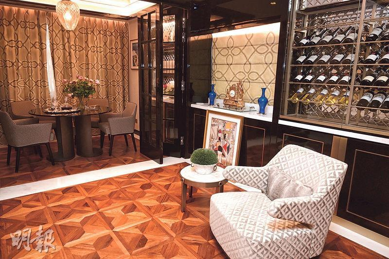 飯廳的另一端設計成雪茄房,亦放有酒櫃,可讓屋主展示私人珍藏。(賴俊傑、林靄怡攝)