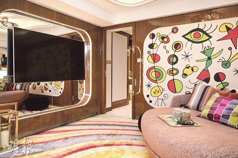 位於下層的家庭廳,鋪上色彩鮮艷的地氈,配合牆身獨特的圖案,玩味十足,更添上幾分藝術感。(賴俊傑、林靄怡攝)