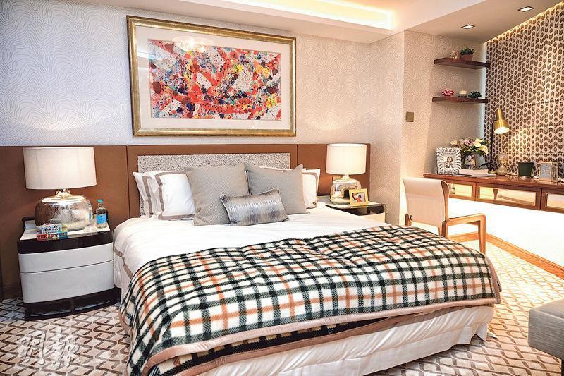 其中一間睡房參考遊艇內部設計,以米白色與木色為主調,呈現復古典雅的質感。(賴俊傑、林靄怡攝)