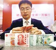 美國聯儲局上周四透露更新貨幣政策聲明,美匯指數昨跌穿92點,帶動亞洲區貨幣兌美元上升,人民幣昨一度升穿6.82。圖為內地銀行工作人員清點貨幣。(資料圖片)