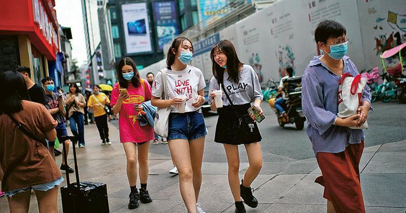 內地居民外出意願增強,助長消費復蘇。圖為四川成都一個商業區。(路透社)