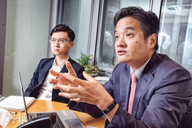 團結香港基金副總幹事兼公共政策部主管黃元山(右)認為,填海是最有效的造地方法,因為這樣比較能夠創造一塊大面積及平坦的土地,用來發展新市鎮;旁為土地及房屋研究主管葉文祺。(劉焌陶攝)