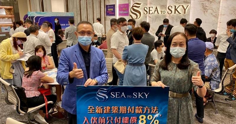 長實地產投資董事郭子威(左)與長實高級營業經理楊桂玲(右)於SEA TO SKY售樓處合照。