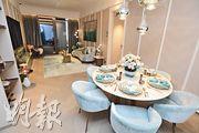 128 WATERLOO一個連裝修示範單位參照18樓H室,以時尚簡約風格設計。(劉焌陶攝)
