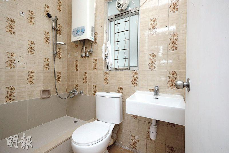 浴室牆身雖保留原裝,但浴缸則已改成企缸。