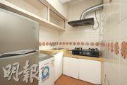 當年死者倒臥的廚房並無改動,牆身、地磚及部分廚櫃均保留1980年代交樓時的模樣。