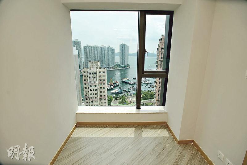 房間玻璃窗可引入充足自然光,清晰飽覽香港仔海景。(楊柏賢攝)