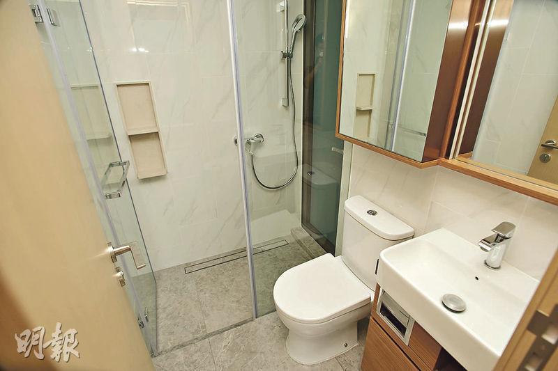 浴室設於睡房內,淋浴間外連16方呎工作平台。(楊柏賢攝)