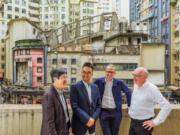 新世界底價逾47億一統皇都戲院大廈業權 將盡力保留和重塑歷史面貌。由英國及香港專家組成的保育皇都團隊,包括左起AGC董事林中偉、新世界執行副主席鄭志剛、WilkinsonEyre 董事Matthew Potter及Purcell文化遺產董事 Brian Anderson。