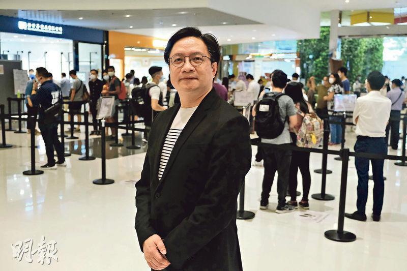 柏傲莊I過去2日累收逾7000票。新世界營業及市務部總監黃浩賢(圖)指首次在展銷廳外位置增設登記處,方便不參觀示範單位的入票人士。(馮凱鍵攝)