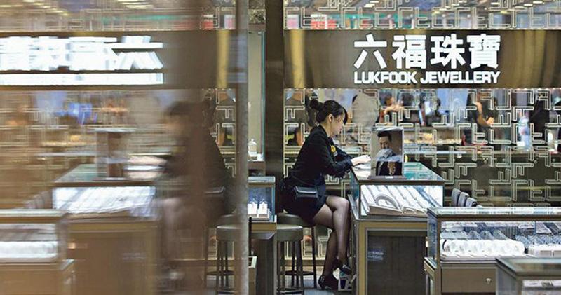 六福上季同店銷售跌55% 港10月首周同店跌幅收窄至20%
