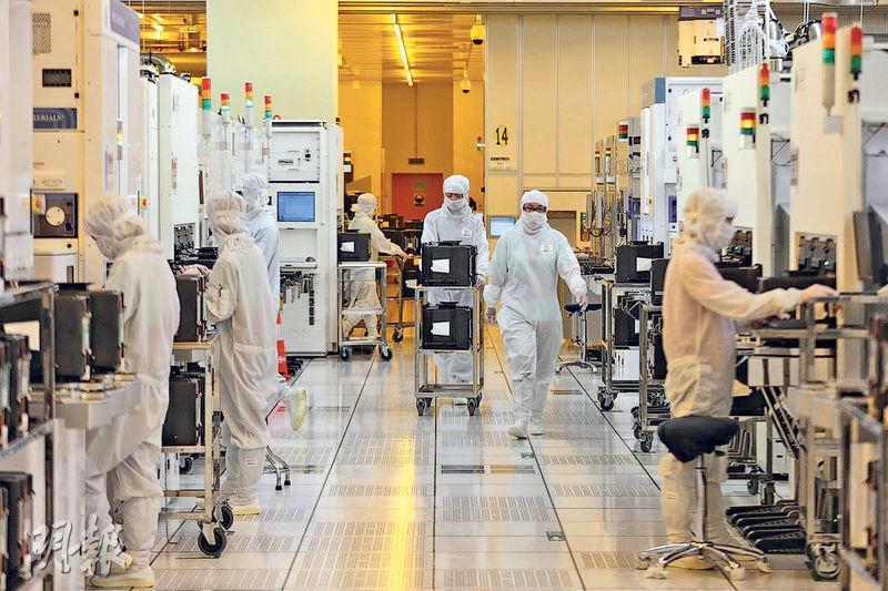半導體項目往往需要龐大資金,加上知識產權、技術轉讓等複雜問題,國內有多個人民幣百億級別的半導體計劃無以為繼。圖為中芯國際於北京的晶片廠。(路透社)