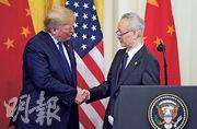 哈佛學者艾利森預告中美兩國衝突加劇,而中美於簽定第一階段貿易協議後仍角力不斷。圖為今年1月,美國總統特朗普與中國副總理劉鶴於白宮簽定協議時握手。(資料圖片)