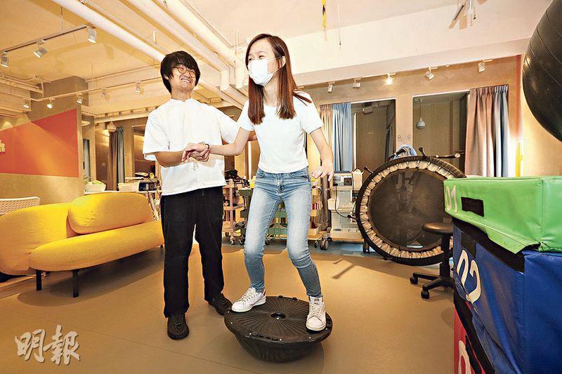 Dickson(左)表示,現今物埋治療亦非常重視運動治療,例如利用圖中的平衡板可以鍛鍊一些平常難以鍛鍊的肌肉。(曾憲宗攝)