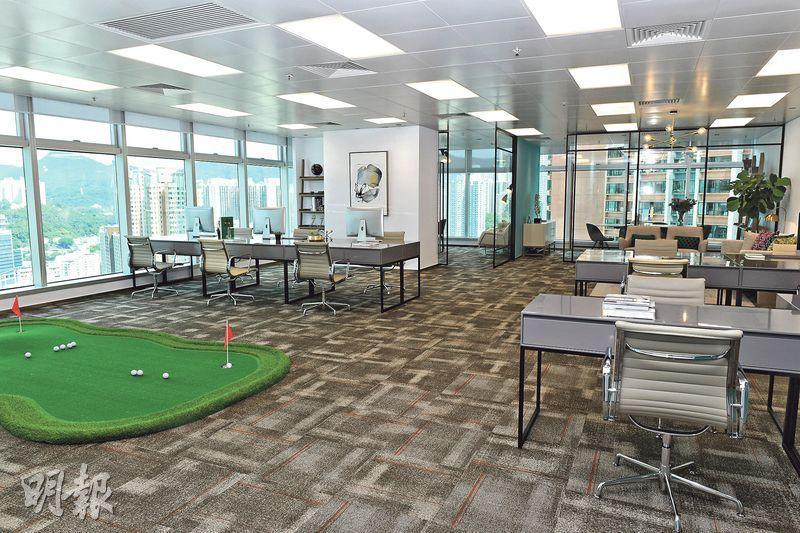 Plaza 88將工作和康樂空間融合,示範單位內設有一個小型的室內高爾夫球練習位置(圖左)。