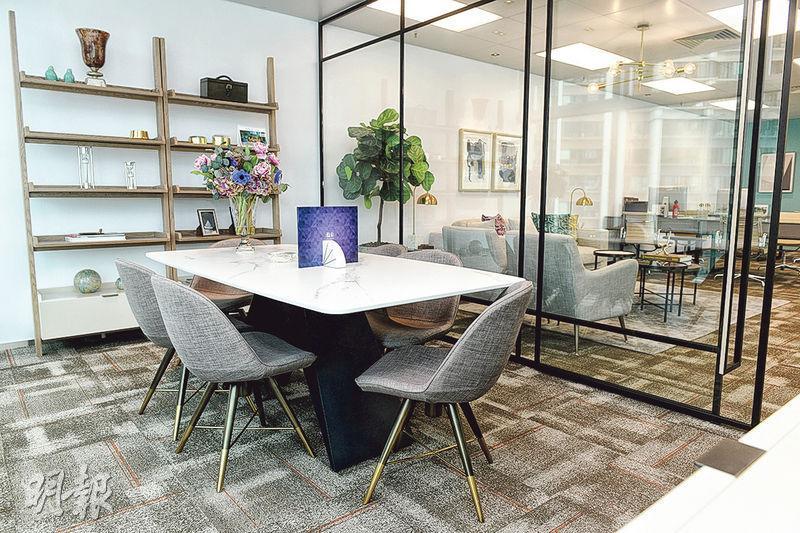 單位內以玻璃分隔房間,不影響整體空間感,希望在通透環境下,可增加員工的靈感。
