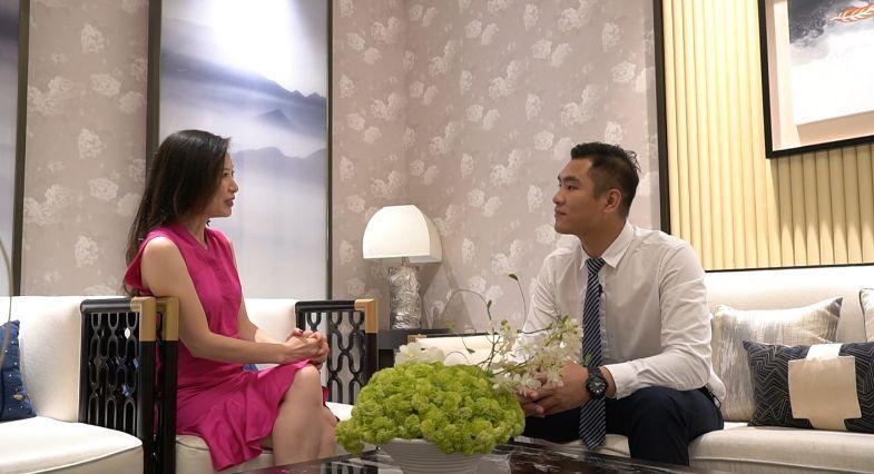 碧桂園營銷經理張松彬向Stacey(左)介紹項目交通及生活配套。