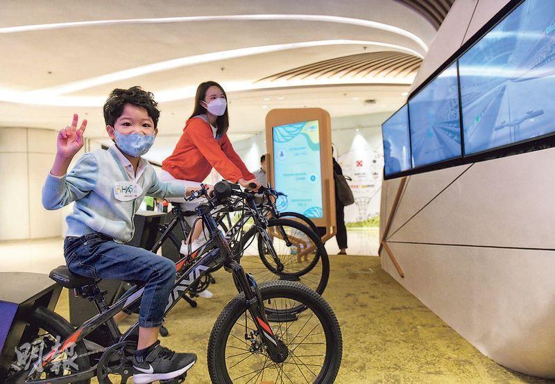 康城商場設數碼互動娛樂體驗設施,讓家長與孩子一起做運動,促進親子關係。(朱安妮攝)
