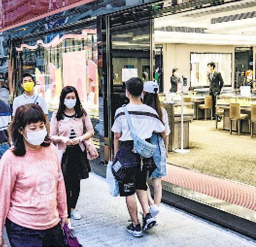 備受遊客減少影響的珠寶及鐘表等消費金額雖然已連跌23個月,9月再跌逾兩成,但消費金額已是今年1月後最高。(中通社)