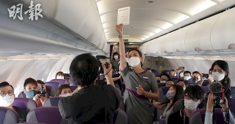 東瀛遊伙快運推21班「香港飛香港」主題航班 料載逾3000旅客。圖為上月香港快運「Flycation」航班上,機組人員在旅途中跟乘客玩「Bingo」。(資料圖片)
