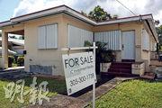 低利率促使住宅貸款增加,新的按揭貸款額更達1.05萬億美元,是史上第二高的金額,僅次於2003年第三季的融資熱。目前的抵押貸款債務已遠高於2008年金融海嘯前的樓市泡沫時期。圖為美國邁亞密市一間待售房屋。(法新社)