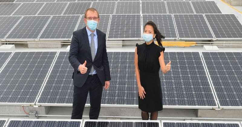 匯豐香港區營運總監林慧虹(右)及中電源動總裁紀安立(左)為將軍澳匯豐大廈的太陽能裝置揭幕。