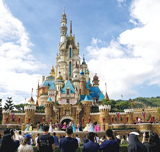 迪士尼表示,面對新冠病毒肺炎疫情影響及經營環境的變化,迪士尼需提升集團人手配置效率,包括在關鍵領域限制招聘、實施休假,並裁減人手。圖為香港迪士尼。(路透社)
