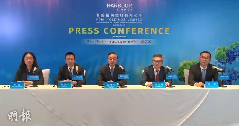 和鉑醫藥首席產品開發官陳小祥(左二)、 首席執行官兼董事會主席王勁松(中)(馬迪帆攝)