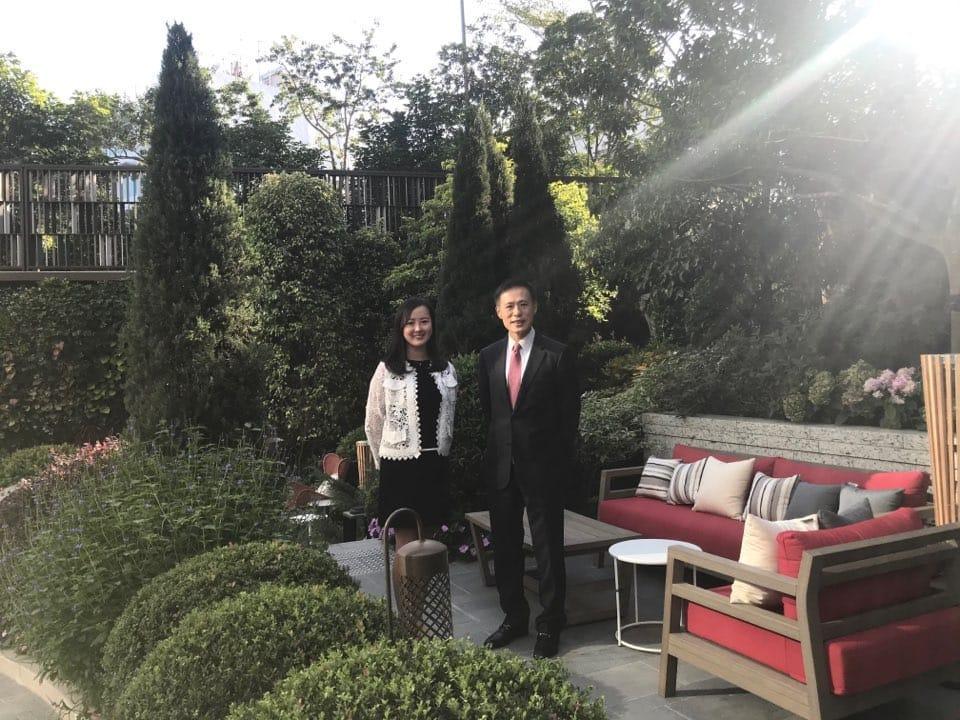 信置田兆源(右),旁為營業部高級主任羅月彤。(張允亭攝)
