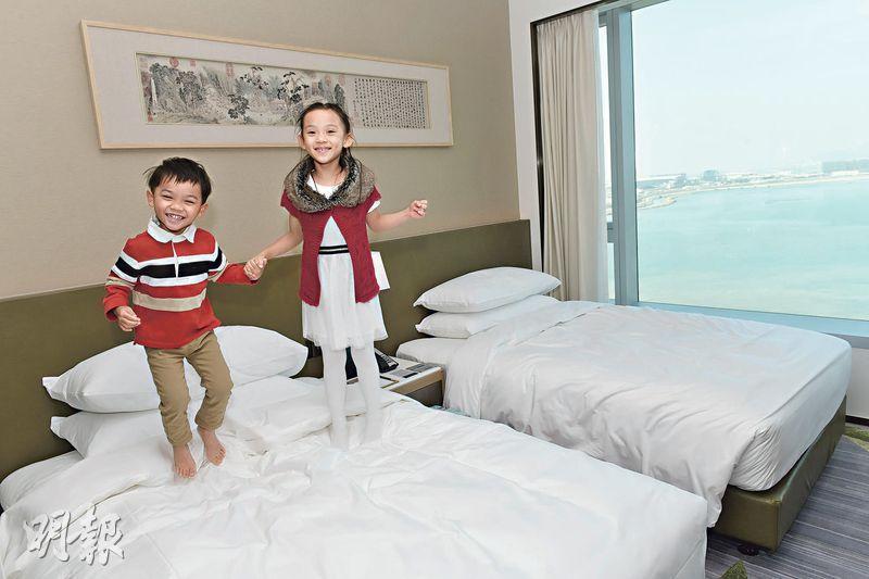 東涌世茂喜來登酒店疫情下開業,共推4款優惠,希望吸納本地旅客,最貴2700元一晚的優惠套餐,適合一家大小享用,共度歡樂時光。