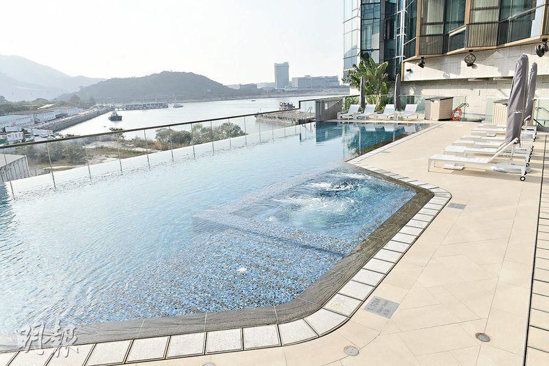 酒店設有戶外泳池,面積不大,但勝在能游泳的同時,亦可欣賞美景。