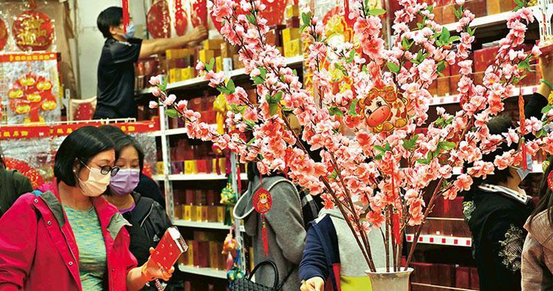 香港去年11月零售業總銷貨價值連跌22個月,跌幅雖連續9個月收窄,但零售管理協會估計,下月農曆新年拜年、家庭聚會將減少,將會拖累送禮消費,今年初市道仍不明朗。(中通社)