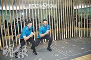 啟德MONACO開售在即,為宣傳集團住宅健身室品牌BODY N SOUL,會德豐地產常務董事黃光耀(左)與教練示範健身設施,並較量一番。(馮凱鍵攝)