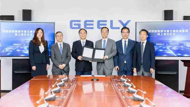 吉利控股集團董事長李書福(左2)等人透過視訊與吉利控股共同簽署戰略合作協議。(網上圖片)