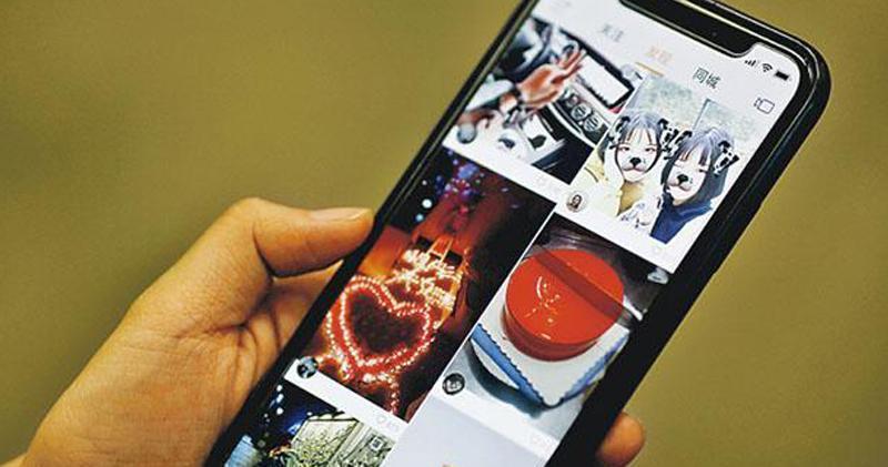 快手於2011年以GIF動圖移動應用程式起家,到2013年發展為短視頻社交平台,2016年再推出直播功能。直播收入是快手主要收入來源,若以直播平均月付費用戶計,是全球最大的直播平台。圖為快手應用程式界面。(路透社)