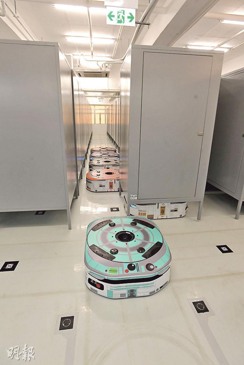iSTORAGE利用機械人運送迷你倉,客戶只需在閘口等待,毋須親自尋找所屬倉庫。