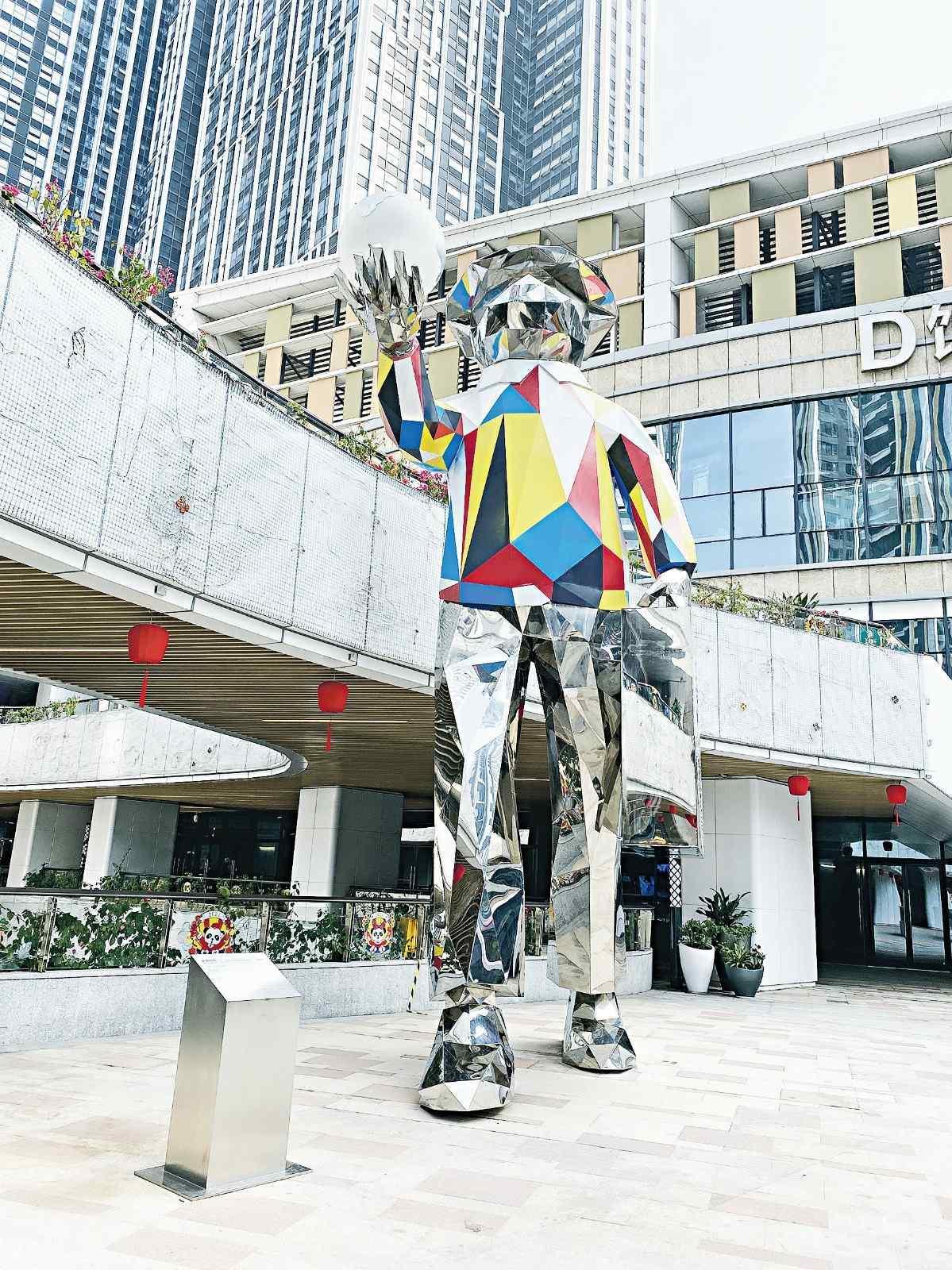 西麗寶能環球匯特別為項目打造了一個原創IP形象──熊貓人「滾滾先生」,這位先生喜好藝術鑒 賞、環球旅行和運動,很切合商場充滿趣味好玩的 品質生活理念。