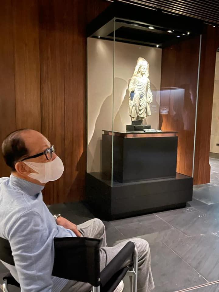 慈山寺內佛教藝術博物館員工向李嘉誠介紹文物保護研究工作。(慈山寺圖片)