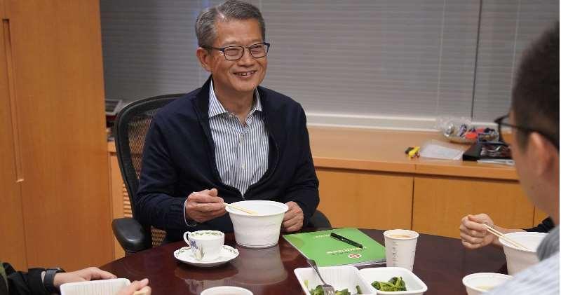 陳茂波在網誌中指,現實生活要「睇餸食飯」,而照片中枱上的食物,以青菜為主,沒有肉。而他又指,不論餸菜多寡,希望仍然可以有講有笑,積極樂觀地面對。