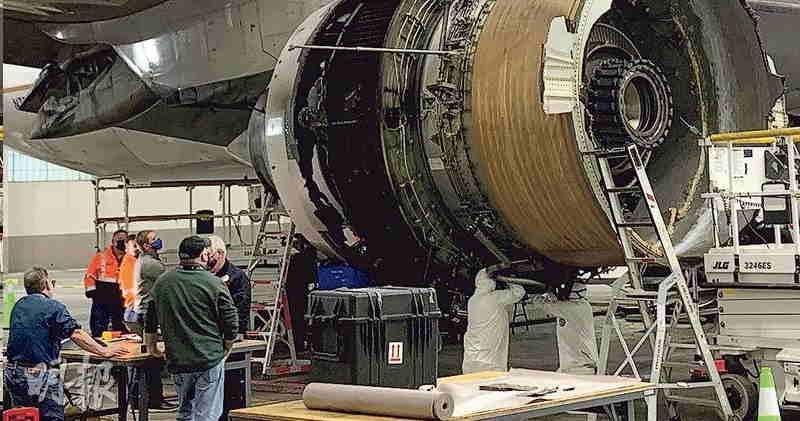 (資料圖片)早前於半空引擎爆炸起火的波音777-200客機,引擎部分明顯破損。(路透社)