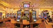 隨着市場更注重非博彩元素,澳門賭廳業界已相繼落實中場化,即面向散客,努力令遊客留澳時間更長。另外賭廳集團亦是新牌照的潛在競爭者。(資料圖片)