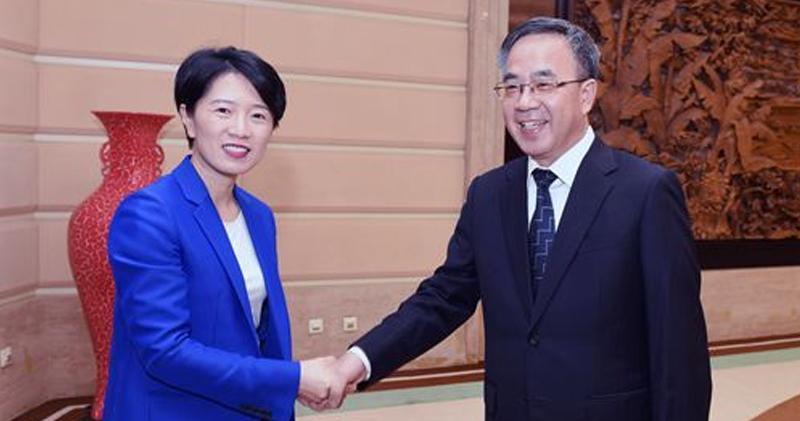 2016年時任廣東省委書記,現為國務院副總理的胡春華(右),在廣州會見段小纓(左)。(網頁擷圖)