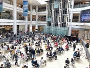 昨日9時起,大批準買家陸續到達項目設於大角嘴奧海城商場1樓的售樓處報到揀樓,發展商因應疫情嚴格執行社交限聚措施。
