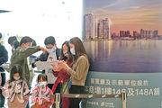 維港滙I過去兩日售出206個單位,發展商隨即上載維港滙III樓書,市場預計短期內緊接推出;圖為項目位於奧海城售樓處情况。(曾憲宗攝)