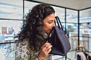 Vestiaire會為平台買家提供貨物真假及質素檢查服務,服務更獲品牌生產商支援,圖為公司員工透過氣味鑑別一個Hermès手袋真偽,Vestiaire表示,Hermès的皮革有一種特殊氣味可作鑑別。(鍾林枝攝)