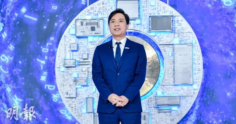 百度創始人、董事長兼CEO李彥宏站在AI芯片銅鑼前