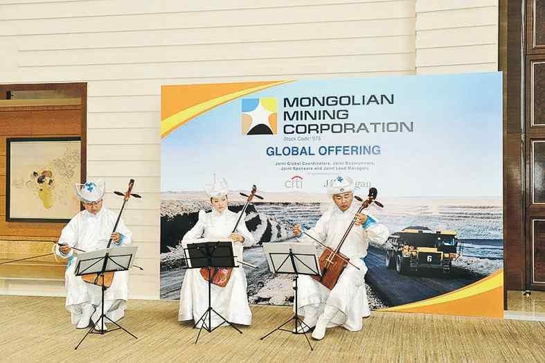 蒙古樂師於上市投資者推介午餐會前演奏特色樂器,推廣蒙古文化。
