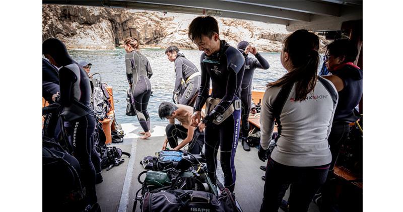 太古額外捐1.5億 資助約30個社區項目。圖為國家地理雜誌與香港的公民科學家合作,針對本港珊瑚魚進行海底普查。