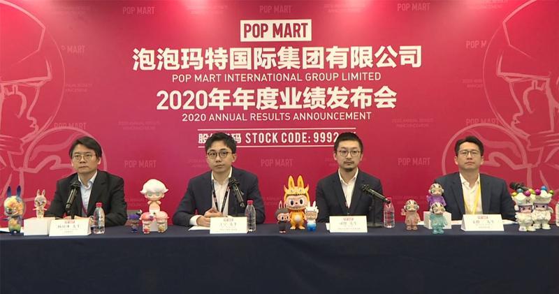 泡泡瑪特董事長兼首席執行官王寧(左二)、副總裁司德(右二)、首席財務官楊鏡冰(左一)